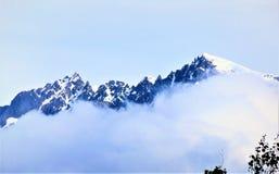 Mglistej góry wierzchołki Skagway, Alaska obrazy royalty free