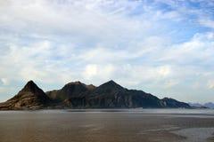 Mglistej góry wybrzeże blisko Bodo przeglądał od promu Lofoten Zdjęcia Stock