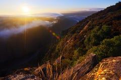 Mglisty świt nad lesistymi górami i rzeką Obraz Royalty Free