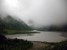 Mglisty i Tajemniczy Himalajski Jeziorny miasteczko Tal Fotografia Royalty Free