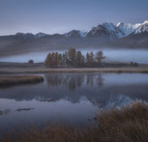 Mglisty jesień ranek, malowniczy halny jezioro Obraz Stock