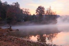 Mglisty jeziorny Santeetlah w wschodzie słońca Obrazy Royalty Free