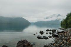 Mglisty jezioro zdjęcie stock