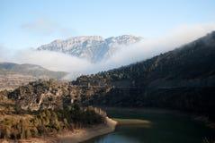 Mglisty krajobraz przy wschodem słońca słoneczny dzień Jezioro obraz stock