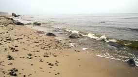 Mglisty ranek morzem z łamanie fala zbiory