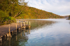 Mglisty ranek na Plitvice jeziorach Fotografia Royalty Free