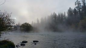 Mglisty ranek na rzece Zdjęcia Stock