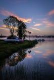 Mglisty ranku Lustro jeziora wschód słońca Obrazy Stock