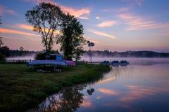 Mglisty ranku Lustro jeziora wschód słońca Obraz Royalty Free