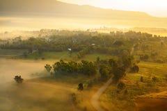 Mglisty ranku wschód słońca w górze przy Khao-kho Phetchabun, Thailan Fotografia Stock