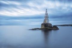 Mglisty wschód słońca latarnia morska w Ahtopol, Bułgaria Błękitny godziny seascape długo ekspozycji Fotografia Royalty Free