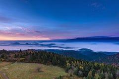 Mglisty wschodu słońca krajobraz od Luban szczytu w Gorce górach Obrazy Royalty Free