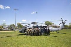 MH--60Shelikopter från skvadron fem för helikopterhavsstrid med laget för USA-marinEOD som tar av efter demonstrati för min motåt Arkivfoton