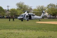 MH--60Shelikoptrar från helikopterhavet bekämpar skvadron fem med laget för USA-marinEOD som tar av Arkivfoto