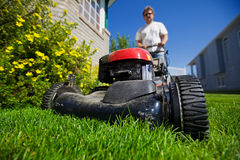 Mähen Sie den Rasen Stockfotografie