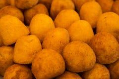 Miękka ostrość świeży kartoflany croquettes tło zdjęcia stock