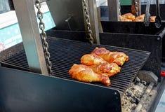 Mięso gotuje piec na grillu Grill na węglach zdjęcia stock