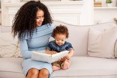 Miłość dziecko i matka dom rodzinny wizerunku jpg wektor lifestyle obraz stock