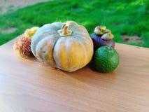 Miło ustaweni owoc i warzywo na stole obraz stock