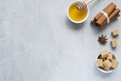 Miód, brown cukier i gwiazdowy anyż z cynamonem na lekkim tle, Odbitkowa przestrzeń dla teksta obrazy royalty free