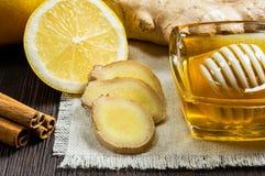 Miód, cytryna, imbir i cynamon, - pożytecznie additives herbata i napoje obraz royalty free