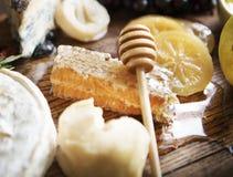 Miód grępla i miodowy kij na drewnianym stole Zdjęcia Royalty Free
