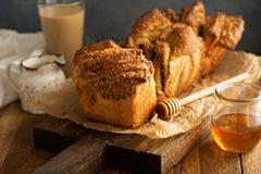 Miód i dokrętka w oddaleniu chleb Zdjęcie Royalty Free