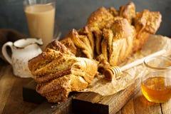 Miód i dokrętka w oddaleniu chleb Fotografia Royalty Free