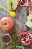 Miód, jabłko i granatowiec dla tradycyjnego wakacyjnego symbolu rosh hashanah jewesh wakacje na drewnianym tle, fotografia royalty free