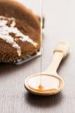 miód kropla na łyżkowym zdrowym karmowym pojęciu Zdjęcia Stock
