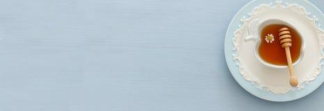 Miód na błękitnym drewnianym tle Rosh hashanah & x28; żydowski nowego roku holiday& x29; pojęcie zdjęcia stock