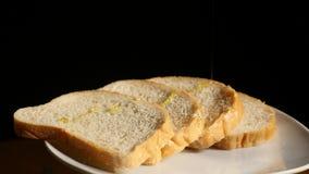 Miód nalewa na kawałkach chleb zdjęcie wideo