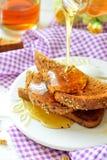 Miód nalewający na grzance - śniadanie Fotografia Royalty Free
