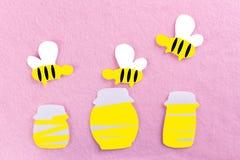 miód w słoju i pszczołach zdjęcia stock