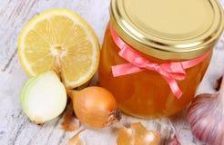 Miód w szklanym słoju, cebula, cytryna, czosnek, zdrowy odżywianie i pokrzepiająca odporność, obrazy royalty free