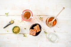 Miód z pollen i miodu gręplami Obrazy Royalty Free