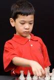 Miúdo asiático que joga a xadrez Foto de Stock