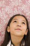 Miúdo asiático que olha acima Fotografia de Stock