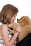 Miúdo bonito com um filhote de cachorro fotografia de stock