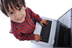 Miúdo bonito que senta-se com portátil Fotografia de Stock