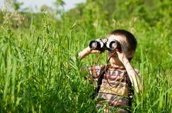 Miúdo com binocular fotos de stock