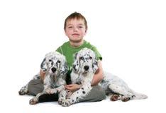 Miúdo com puppyes Imagens de Stock
