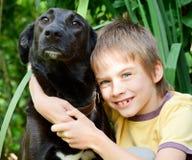 Miúdo com um cão Foto de Stock Royalty Free