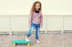 Miúdo da forma Criança à moda da menina com skate imagens de stock royalty free