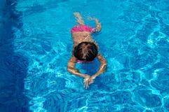 Miúdo da natação imagem de stock
