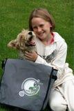 Miúdo e filhote de cachorro que jogam com saco do dreamstime Fotos de Stock