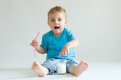 Miúdo e leite fotografia de stock royalty free