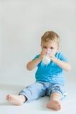 Miúdo e leite fotografia de stock