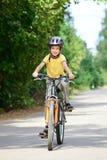 Miúdo em uma bicicleta Foto de Stock Royalty Free