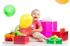 Miúdo feliz com balões e os presentes coloridos Imagens de Stock